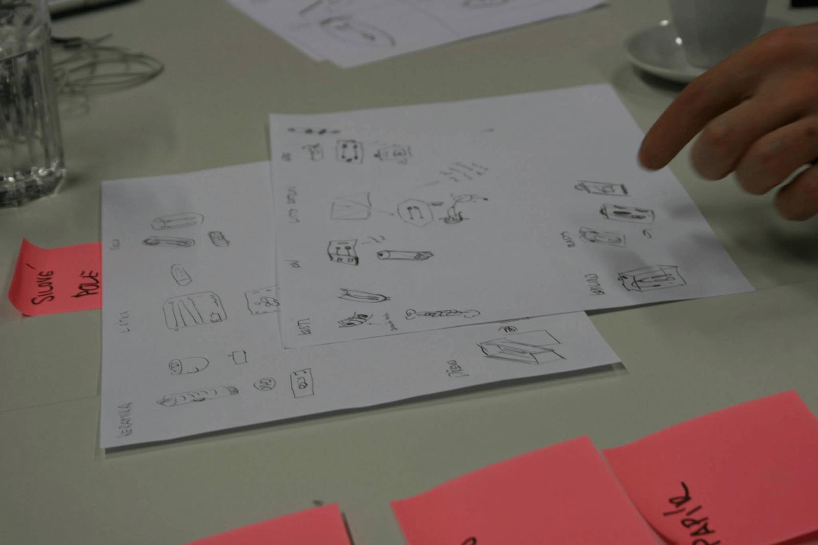Díky řešení různých problémů musíme využít naší představivost apřicházet srůznými nápady. Na obrázku řešíme obaly na sluchátka zrůzných materiálů.