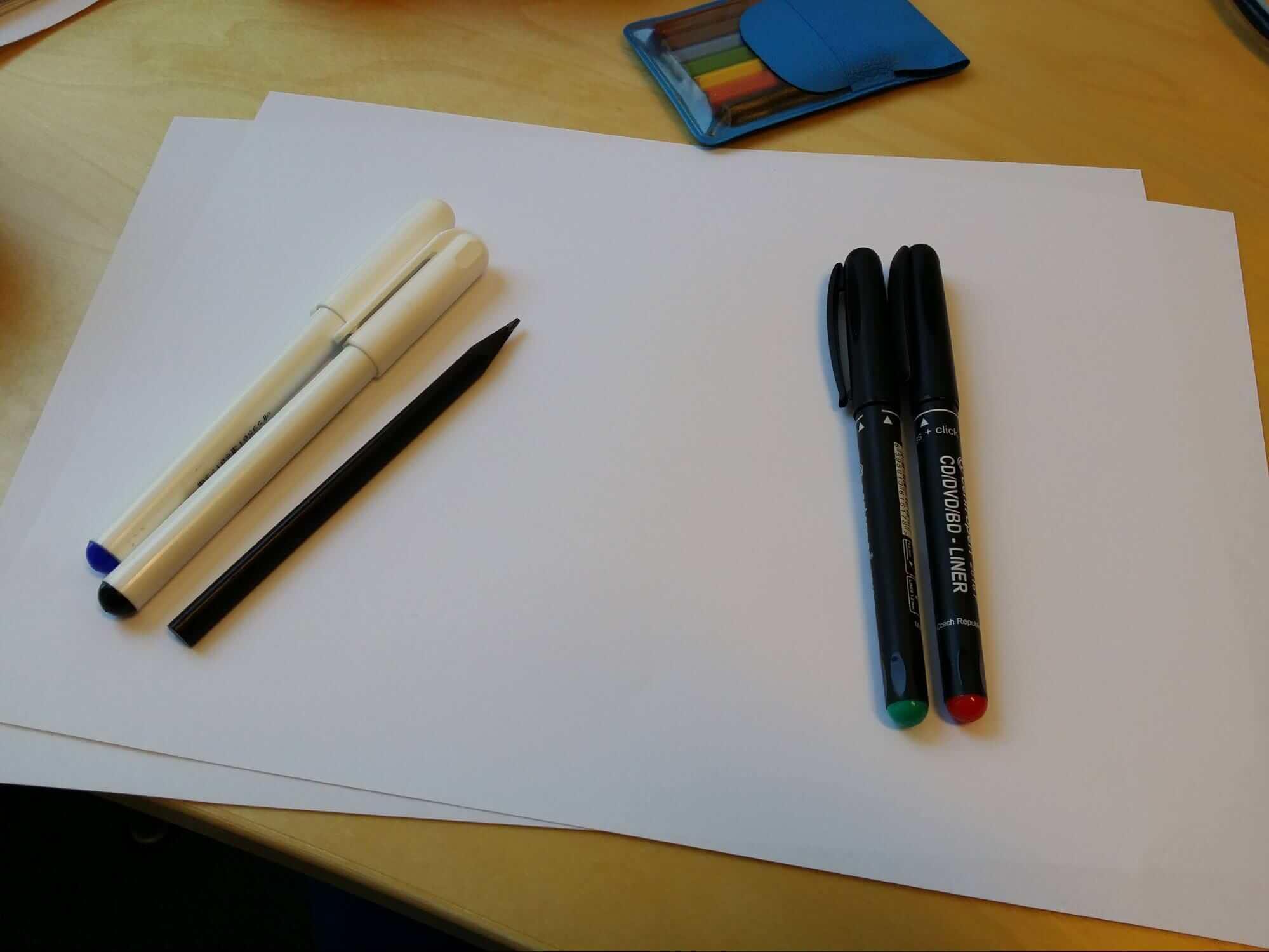 """Základní """"nástroje"""" pro skicování - tužka, papír, zvýrazňovače."""