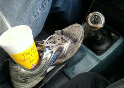 Pokud vím, nejen americká auta mají automaticky držák na pití. Ajak takový problém vyřešit, pokud ho to mé auto nemá? Například pomocí boty.