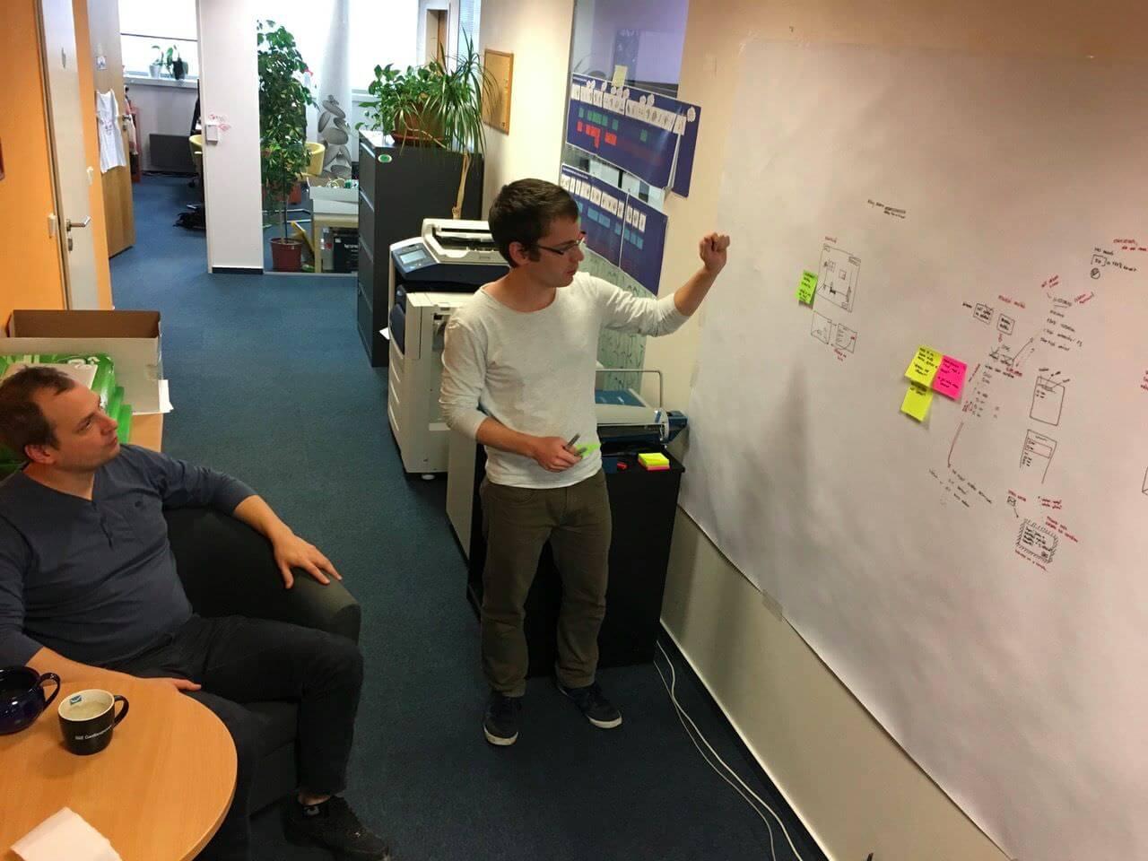 Na naší kreslicí zdi jsme společně promýšleli různé možnosti pro řešení nového konceptu.