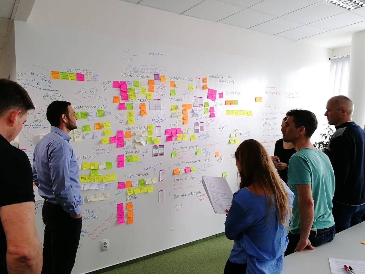 Jako tým jsme se na všem podíleli od začátku do konce. Od zjišťování informací ozákaznících pro první nápady až po finální vyhodnocení toho, jak naše nápady fungovaly.